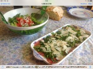 Carpaccio di rucola con insalata di pomodori