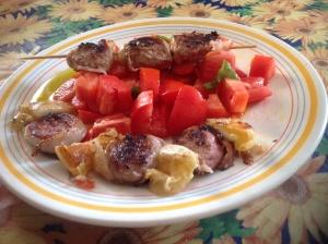 Brasiliani e tomini alla griglia con pomodori in insalata