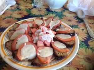 Polpettone estivo con pomodori in salsa tonnata