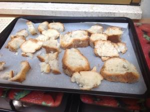 Pane condito pronto per essere tostato