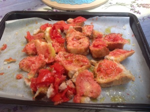 Pane tostato condito con la polpa di pomodoro